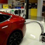 La serpiente para la recarga de Tesla Motors sale del nido