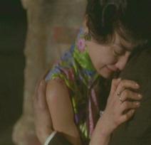 Maggie Cheung llorando en el hombro de Tony Leung