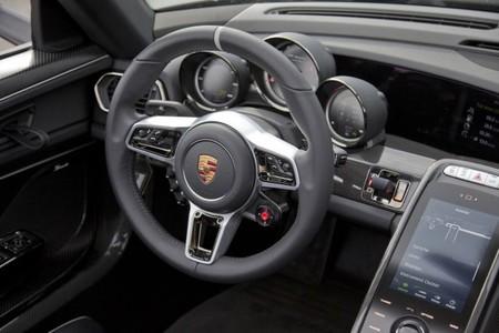 Porsche 918 Spyder panel de instrumentos y detalle del volante