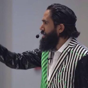 Critican en redes sociales a influencer Carlos Muñoz por humillar a mesero durante conferencia de coaching  empresarial en México