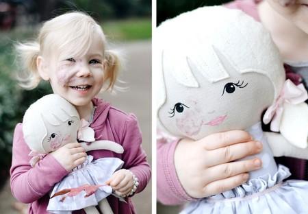 Un regalo muy especial: su madre crea una muñeca igual a ella para ayudarla a normalizar su hemangioma