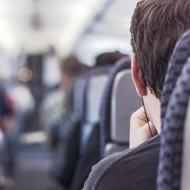 Con ayuda del piloto del avión en el que viajaban, una mujer sorprende a su pareja anunciándole que está embarazada