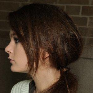 Cortes de pelo 2012: peinados con raya y coleta baja, consigue el look