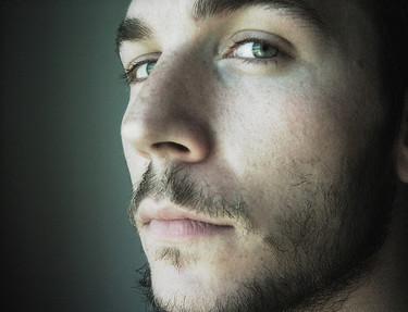 Cuidados cosméticos básicos para hombres (IV): el contorno de ojos