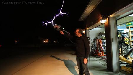 Así de impresionante se ve una pistola hecha con una bobina de Tesla y dispararla es aún mejor