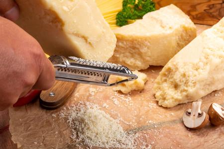 La mejor forma de rallar queso para cada plato (y los siete tipos de ralladores que merecen la pena)