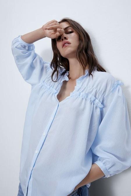 Blusa de cuello redondo y escote pico con manga por debajo del codo.