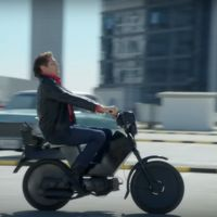 'El coche fantástico' reencarnado en moto y pilotada por un Michael Knight yayo es lo más loco que vas a ver hoy