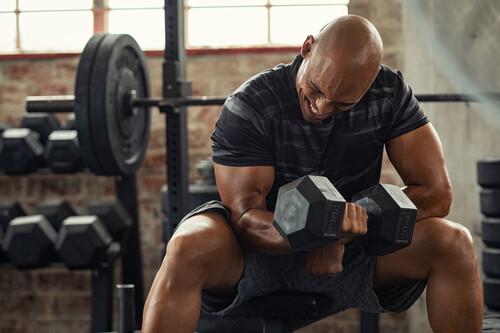 Tres ejercicios imprescindibles para conseguir unos bíceps grandes en el gimnasio