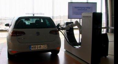 e-smartConnect: Volkswagen desarrolla su propia recarga robotizada