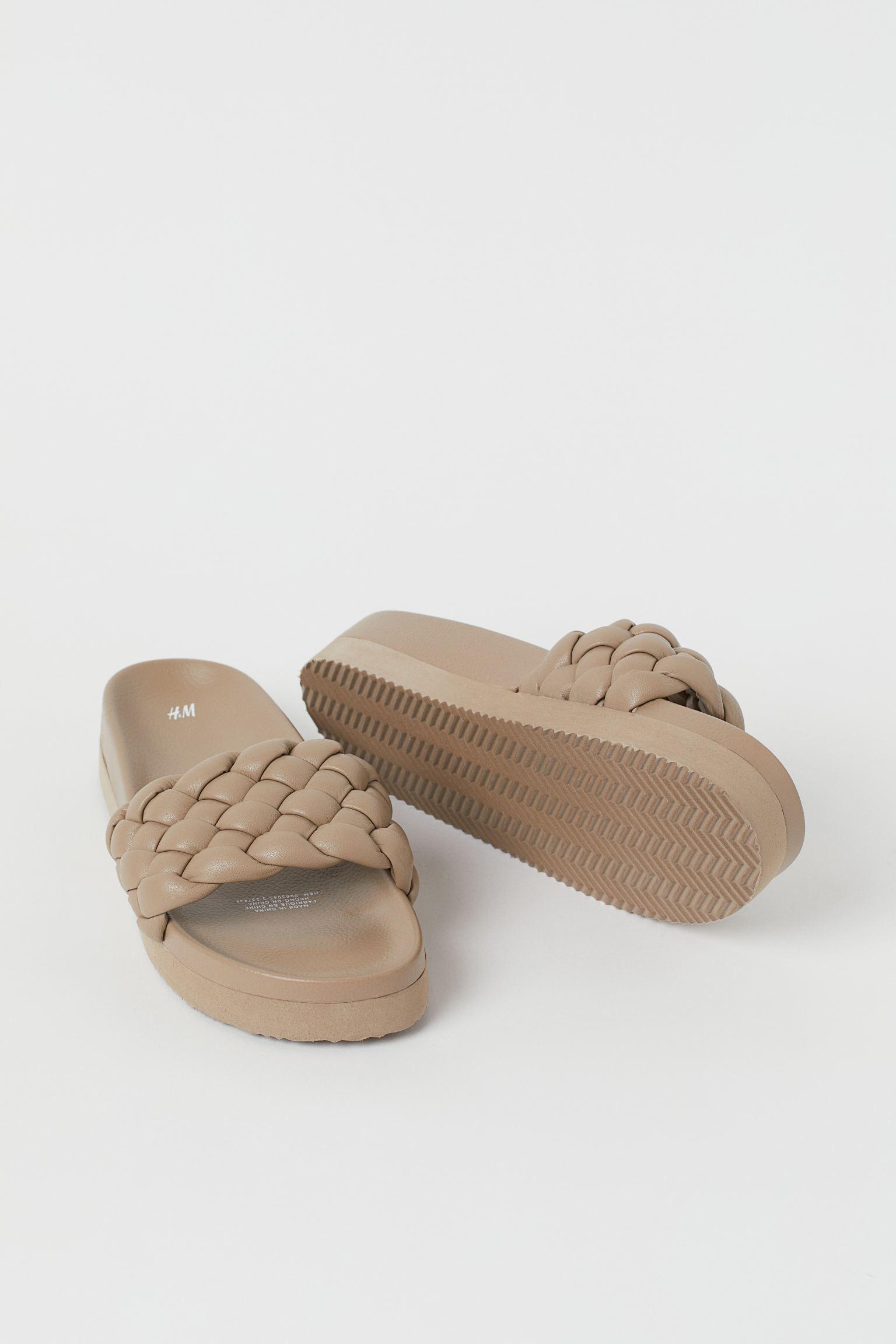 Sandalias en piel sintética con tira trenzada