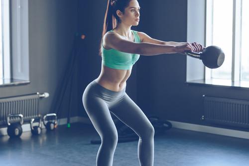 Entrenamiento de Crossfit en casa: cinco ejercicios con kettlebells y una banda elástica para trabajar tus abdominales