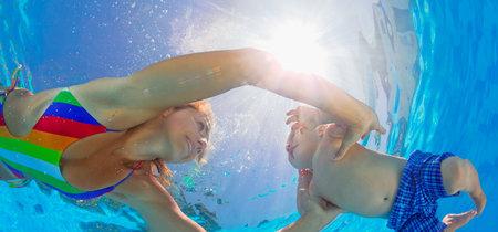 La historia se repite: prohíben a una madre amamantar junto a la piscina por riesgo de contaminación del agua