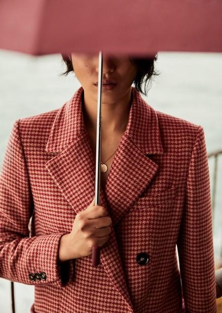 Mango viste los días más fríos de invierno con el color rosa como (único) protagonista