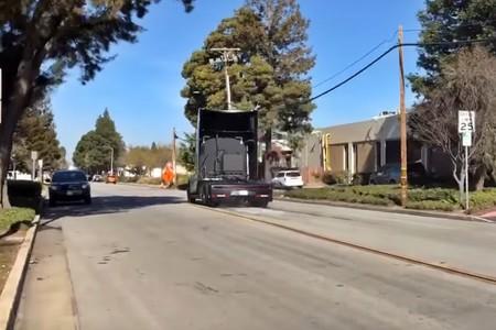 El Tesla Semi también echa humo, pero por quemar rueda en una carretera abierta al tráfico