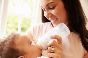 Mi bebé rechaza el biberón: algunos consejos