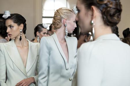 De la coleta de Chanel a los labios glitter de Schiaparelli: las 11 tendencias de maquillajes y peinados vistas en la Semana de la Alta Costura