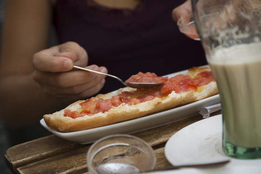 El gran debate del desayuno español: ¿poner primero el aceite o poner primero el tomate en el pan?