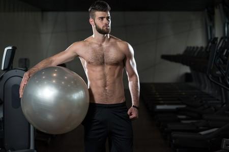 Seis ejercicios para empezar a ponernos en forma usando sólo un balón suizo