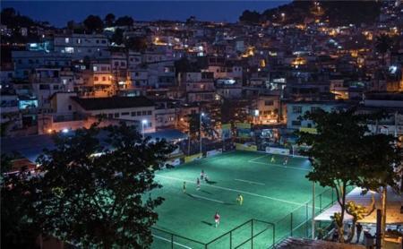 Un campo de fútbol distinto: tus pisadas como fuente de energía para iluminarlo