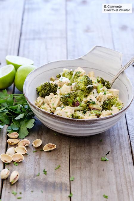 Ensalada asiática de tofu, arroz y brócoli
