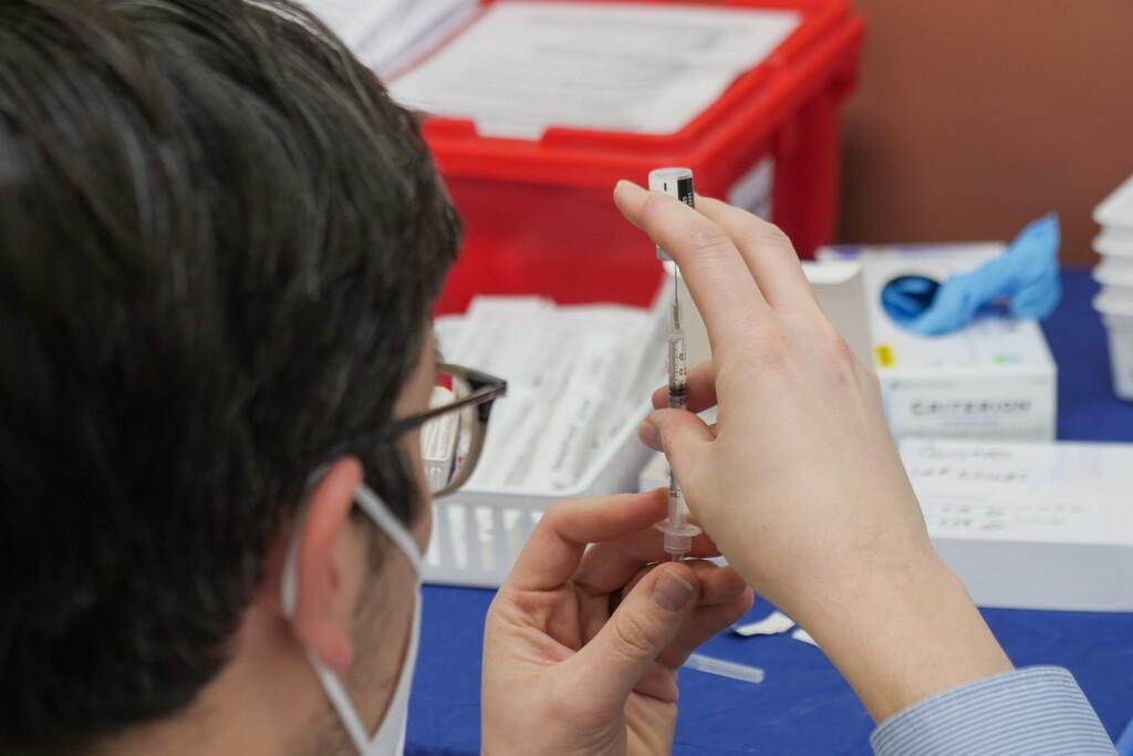 España ya tiene 200.000 dosis de la vacuna que acaba frenar Sudáfrica por sospechar que