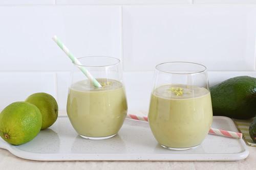 Smoothie de aguacate cremoso con plátano y lima: receta saludable también para convertir en helado