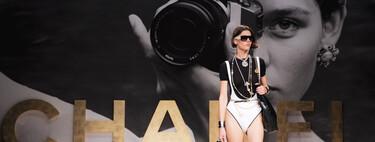 El tweed teñido de amarillo o rosa, el logotipo con la doble C y los trajes de baño más sofisticados se apoderan de la colección primavera-verano 2022 de Chanel
