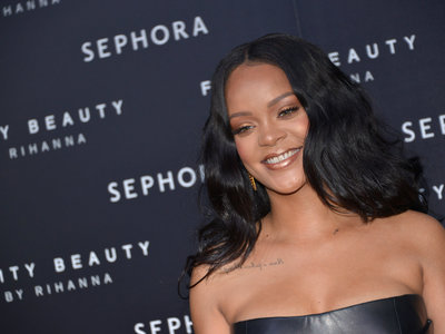 Rihanna le hace un guiño a Donatella Versace en Milán triunfando con este mini vestido de cuero negro de la firma italiana