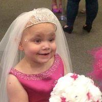 Una niña con un cáncer terminal cumple su deseo de casarse con su mejor amigo
