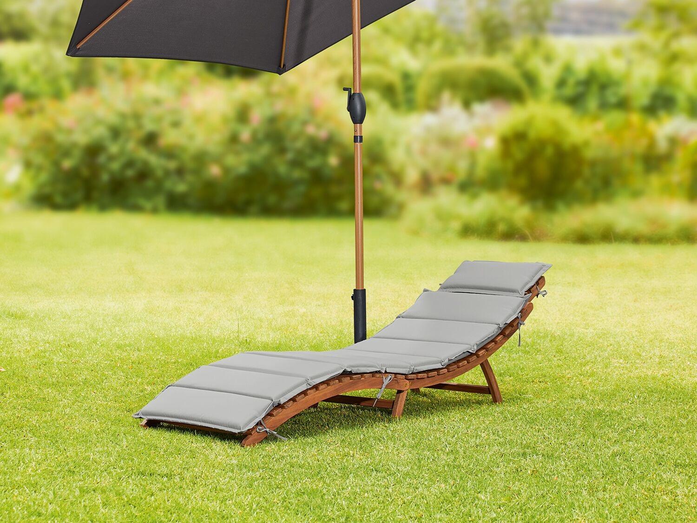 Tumbona de madera con diseño ergonómico