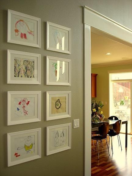Una buena idea: enmarcar los dibujos de los niños para decorar las paredes