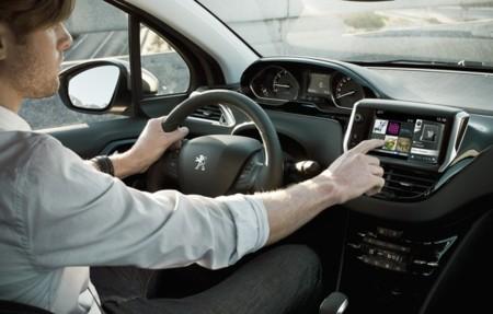Peugeot 208 consola central con Peugeot connect