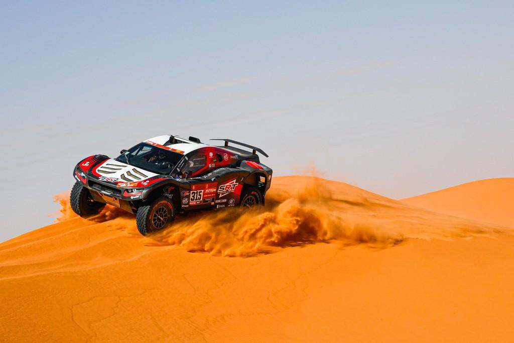 Fernando Alonso roza su primera victoria en el Dakar en una etapa en la que los favoritos se perdieron