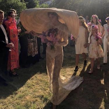 Aclamada por la crítica, criticada por el público: la novia que se casó con vestido de encaje y pamela de Jacquemus ¿Te atreves?
