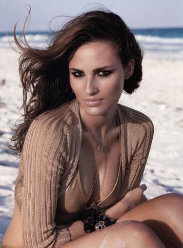 Fernanda Tavares, elegancia y sensualidad brasileña