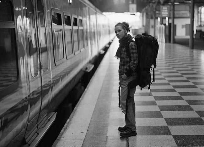 Mujer esperando al Metro