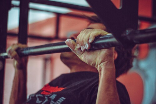 Cinco ejercicios que te ayudarán a mejorar y avanzar en tu dominada