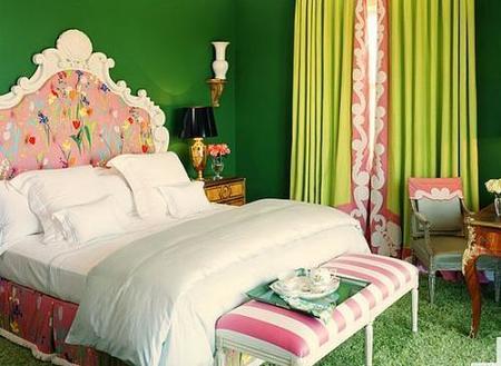 Un dormitorio muy colorido.
