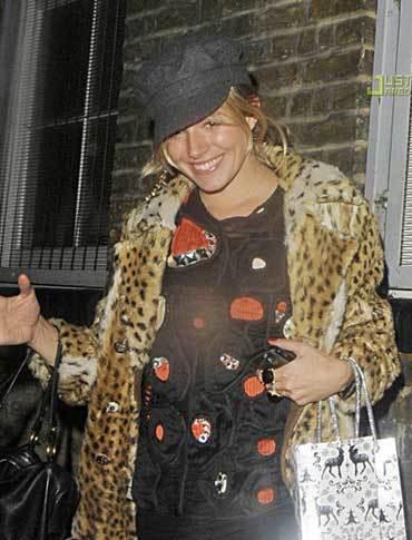 El cumpleaños de Sienna Miller, ¿qué está vistiendo?