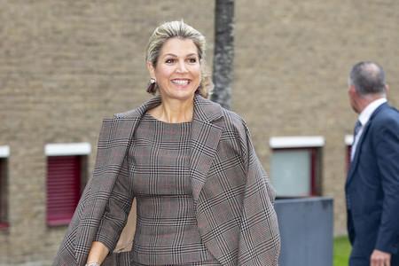 Máxima de Holanda confirma que el estampado Príncipe de Gales junto con las asimetrías son tendencia en las Casas Reales