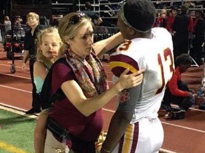 La niñera le falló y tuvo que ir a trabajar embarazada y con su hija de tres años en una mochila