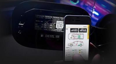 Mercedes ofrece tarjetas de rescate gratuitas mediante código QR a sus vehículos posteriores a 1990