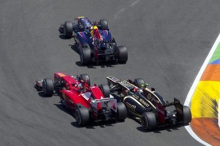 Fernando Alonso adelanta a Romain Grosjean