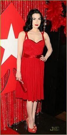 Dita Von Teese sí es la mujer de rojo