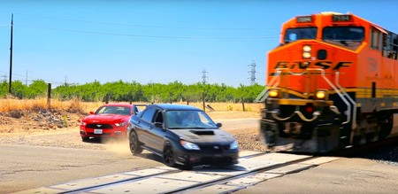 Esta carrera entre un Subaru WRX STI y un Mustang es una auténtica ida de olla que no podemos dejar de mirar