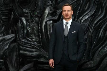 Michael Fassbender reafirma su título de caballero con estilo en la premiere de 'Alien: Covenant'