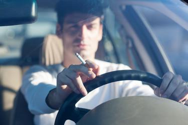 Ya son varios los países que prohíben fumar en el coche en presencia de menores. ¿Para cuándo España?