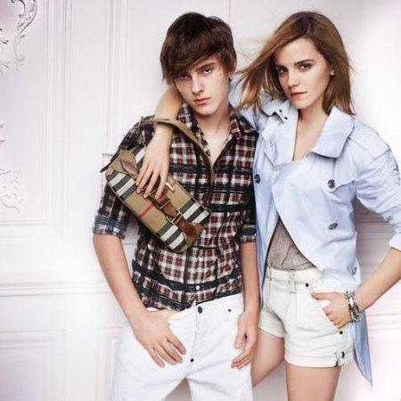 Emma Watson comparte Burberry con su hermano Alex