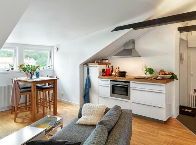 Puertas abiertas un apartamento abuhardillado de 31 metros cuadrados - Cucine per mansarde basse ...